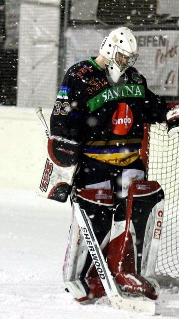 Der Feldspieler Patrick Halbeisen hütet im Auswärtsspiel in Wilen des HC Rankweil das Tor.