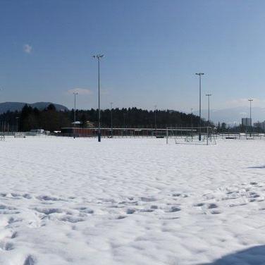 Die Sportanlage Neu Amerika präsentiert sich noch tief winterlich, statt einer grünen Rasenfläche.