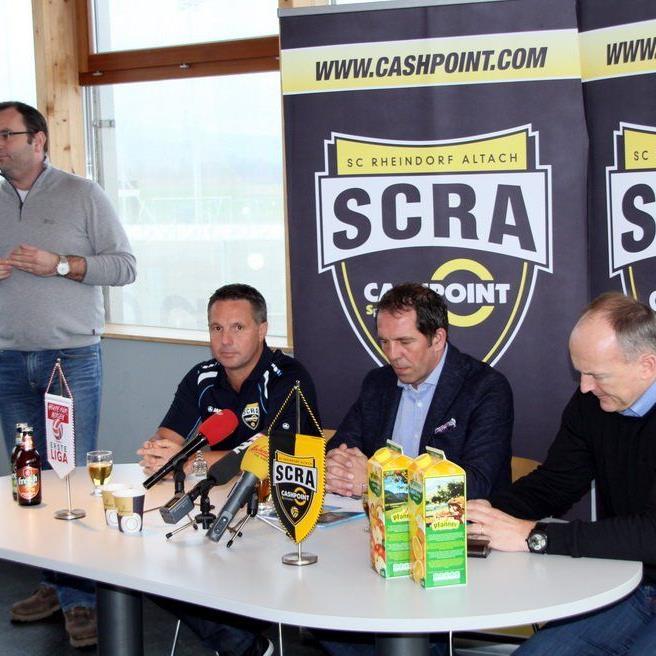 Altach Trainer Damir Canadi und Sportdirektor Georg Zellhofer mit Spielern stehen Rede und Antwort.