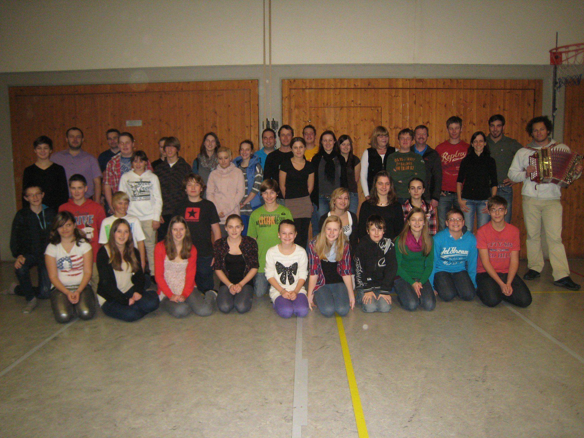 Im Bild die stolzen Absolventen des Grundtanzkurses in Vandans.