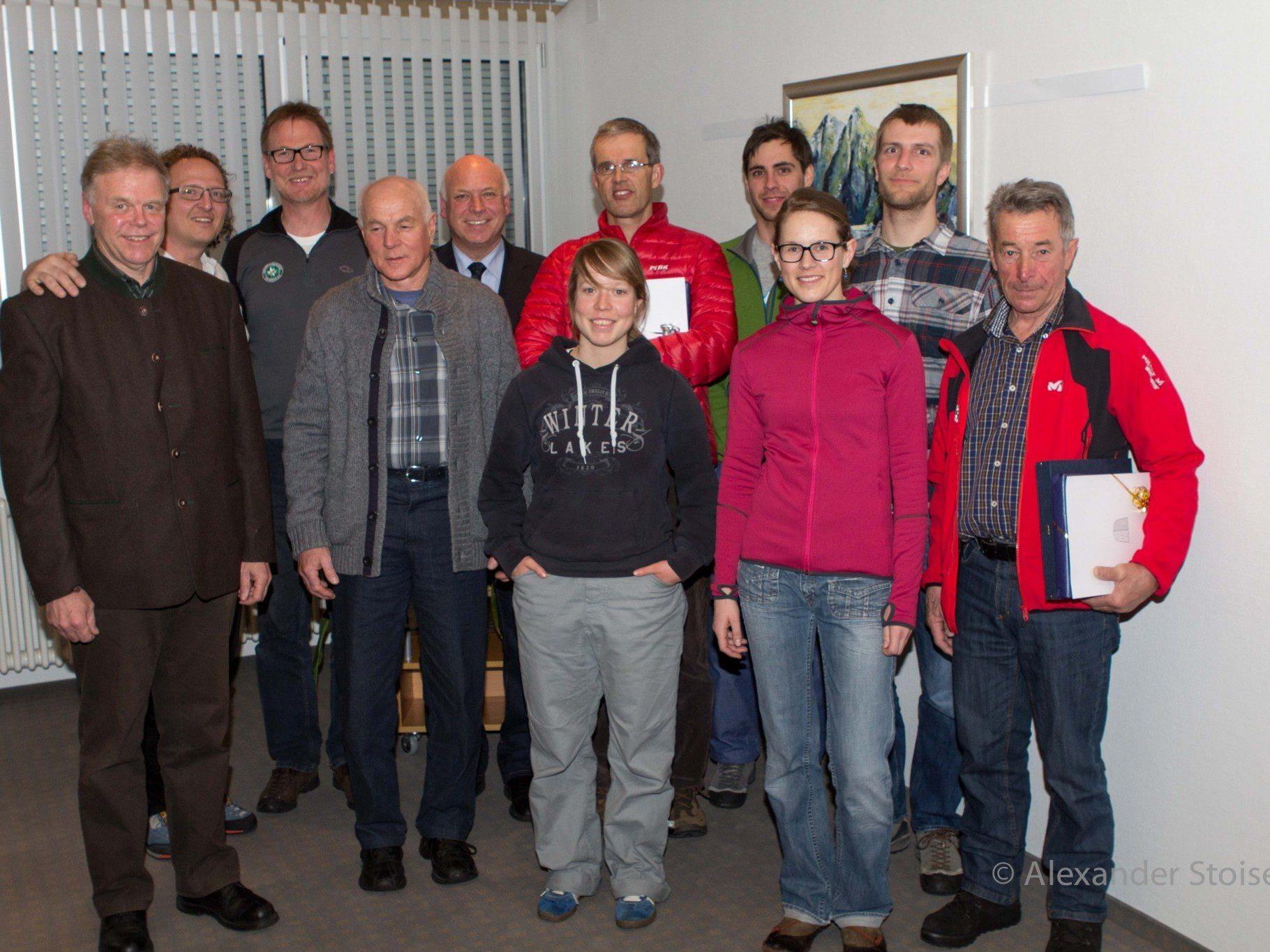 Obmann Bodingbauer und Bürgermeister Wachter mit den neu aufgenommenen und geehrten Mitgliedern der Ortsstelle Vandans