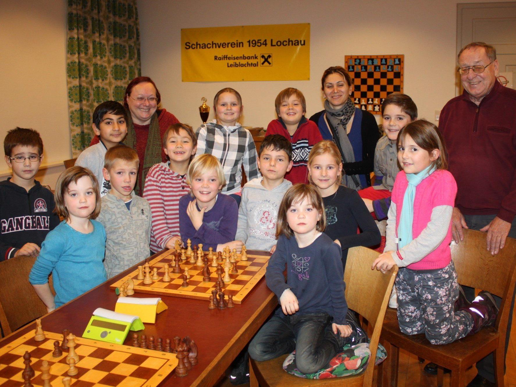 Die Anfängergruppe des diesjährigen Schachkurses mit Helene Mira und Hans Rigg.