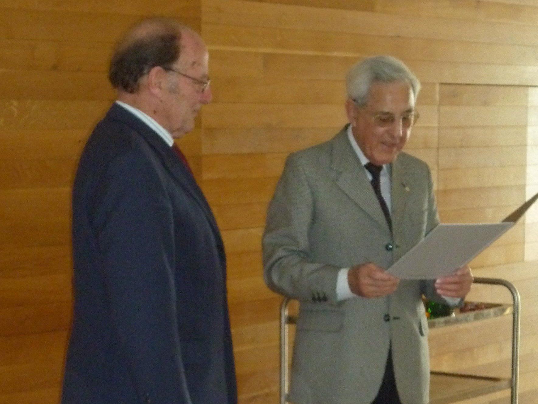Landesobmann Dr. Gottfried Feurstein überreichte Obmann Erich Hansmann das Silberne Ehrenzeichen.