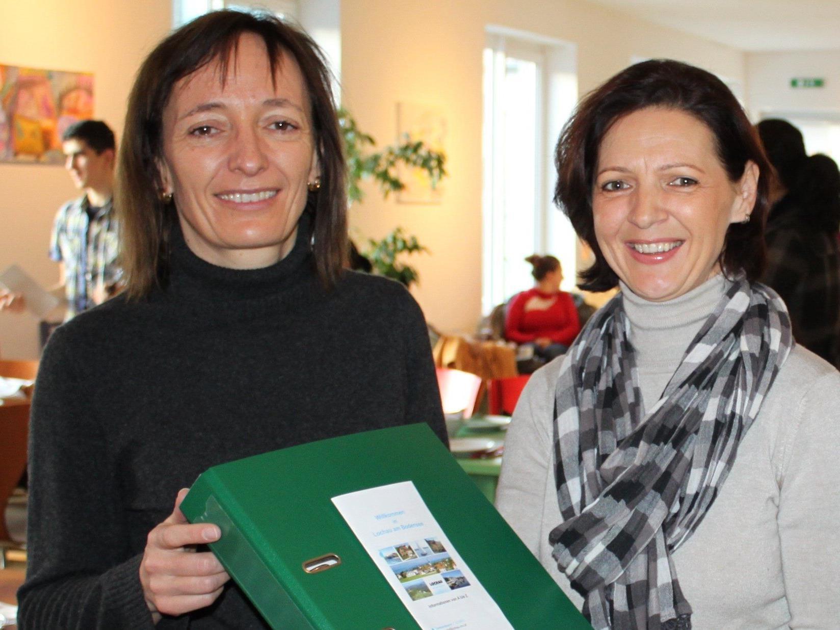 Andrea Kramer und Ingrid Hörburger begrüßen die neu zugezogenen Bürger der Gemeinde Lochau.
