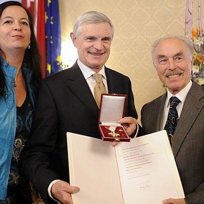 Ulli Sima, Thomas Schäfer-Elmayer und Sepp Rieder während der Überreichung des Goldenen Wiener Ehrenzeichens