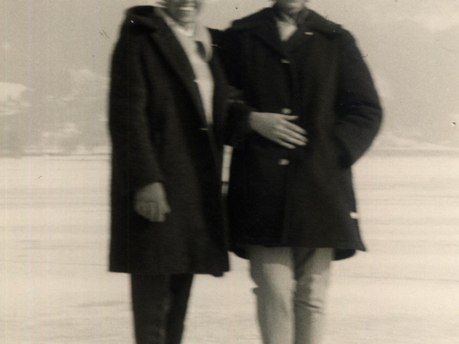 """Roswitha Frefel und Hilde Waidelich (rechts) – ein kleines, leicht unscharfes Foto erinnert an den """"ein wenig unheimlichen Ausflug auf das Eis""""."""