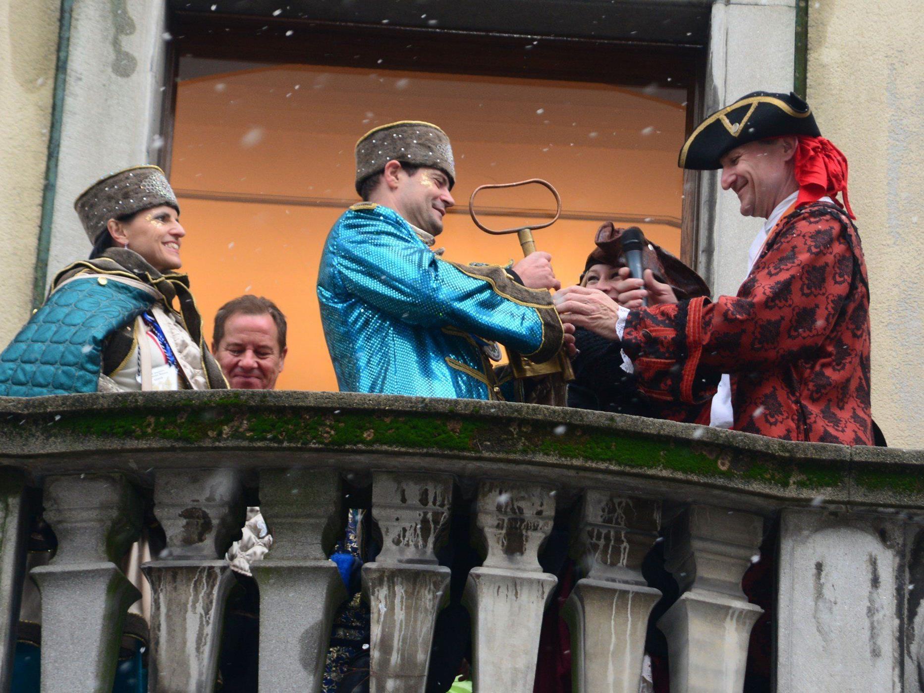 Fast freiwillig übergab Markus Linhart den Stadtschlüssel an das Prinzenpaar.