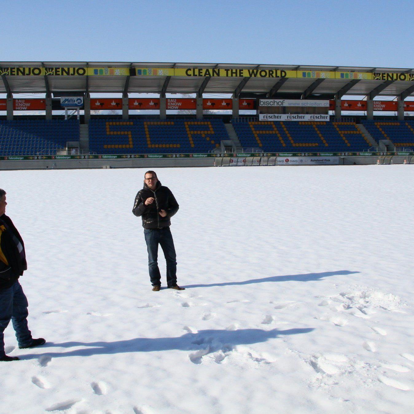 Altach Geschäftsführer Christoph Längle und Platzwart Ferdi Jussel begutachten das Hauptspielfeld.