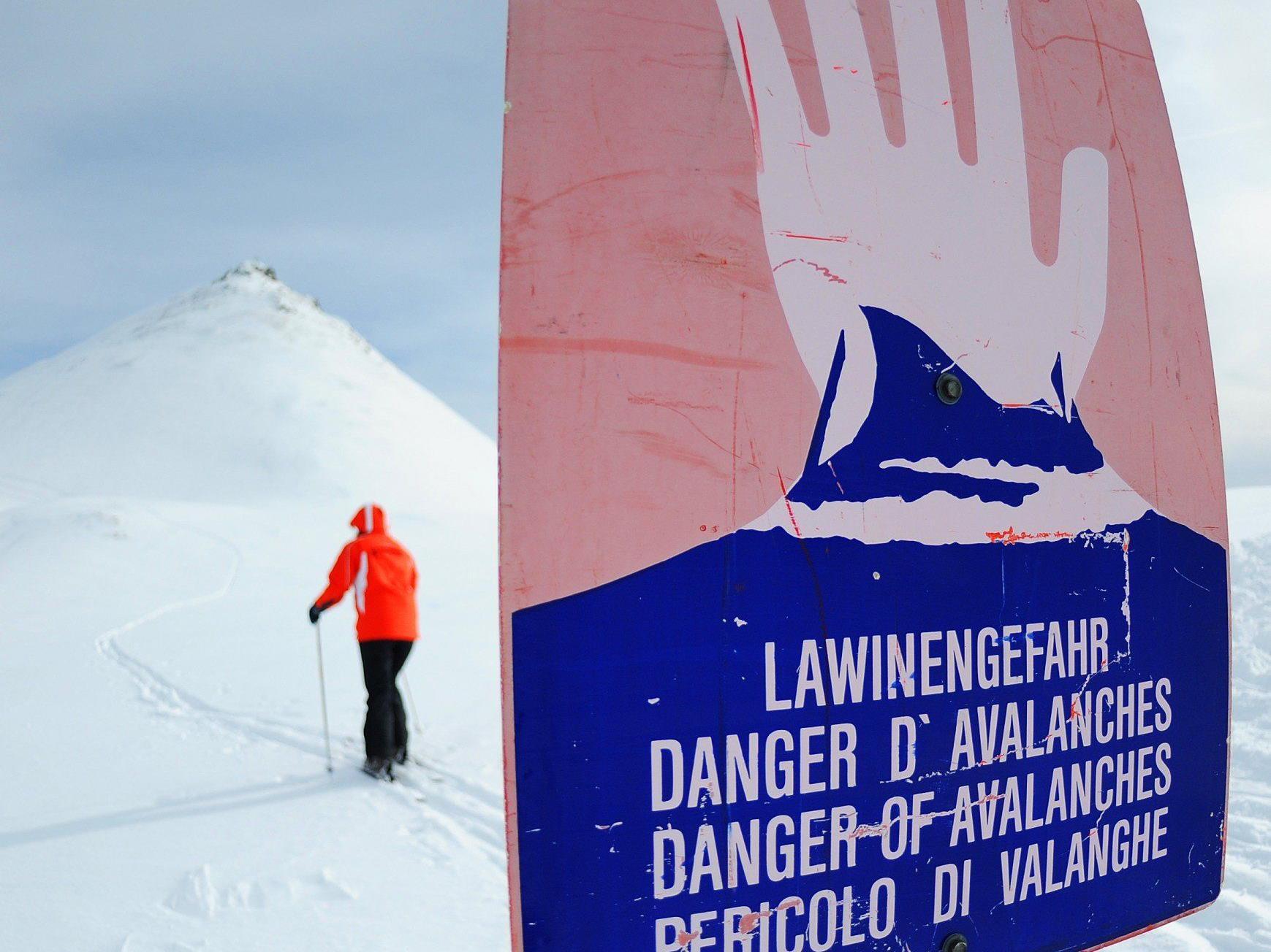 Im Hochgebirge herrscht nach den Schneefällen der letzten Tage hohe Lawinengefahr.