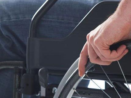 Der Pkw hatte den Rollstuhl des Mannes angefahren.