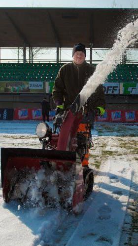 Das Reichshofstadion wurde heute vom Schnee befreit, morgen soll gespielt werden.