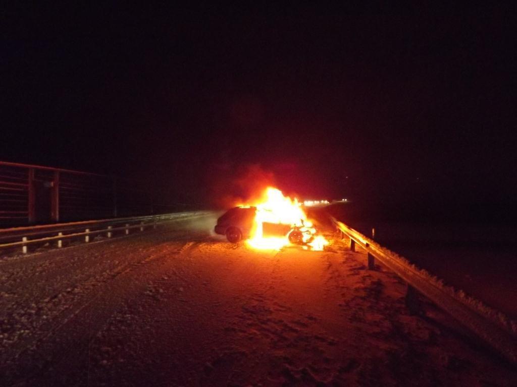 Unfallauto ging in Flammen auf.