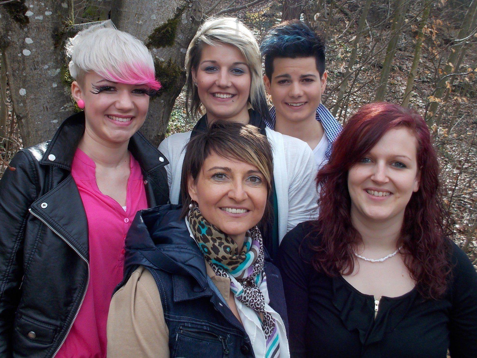 Chefin Margit (vorne Mitte), Janette, Jacquline Vigl (Mitte hinten) und die beiden Models.