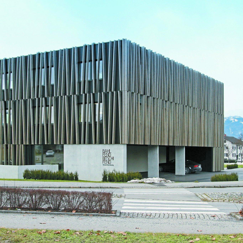 Fassade: Der dreigeschoßige Baukörper umkleidet seine Bürogeschoße mit einer Lamellenstruktur.