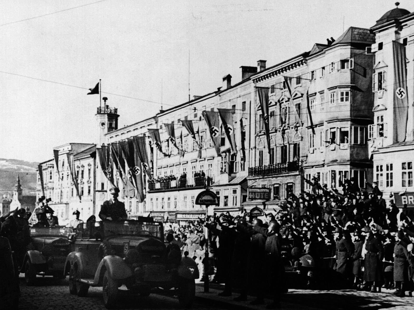 Hitler bei einem seiner mehrmaligen Besuche in Linz.