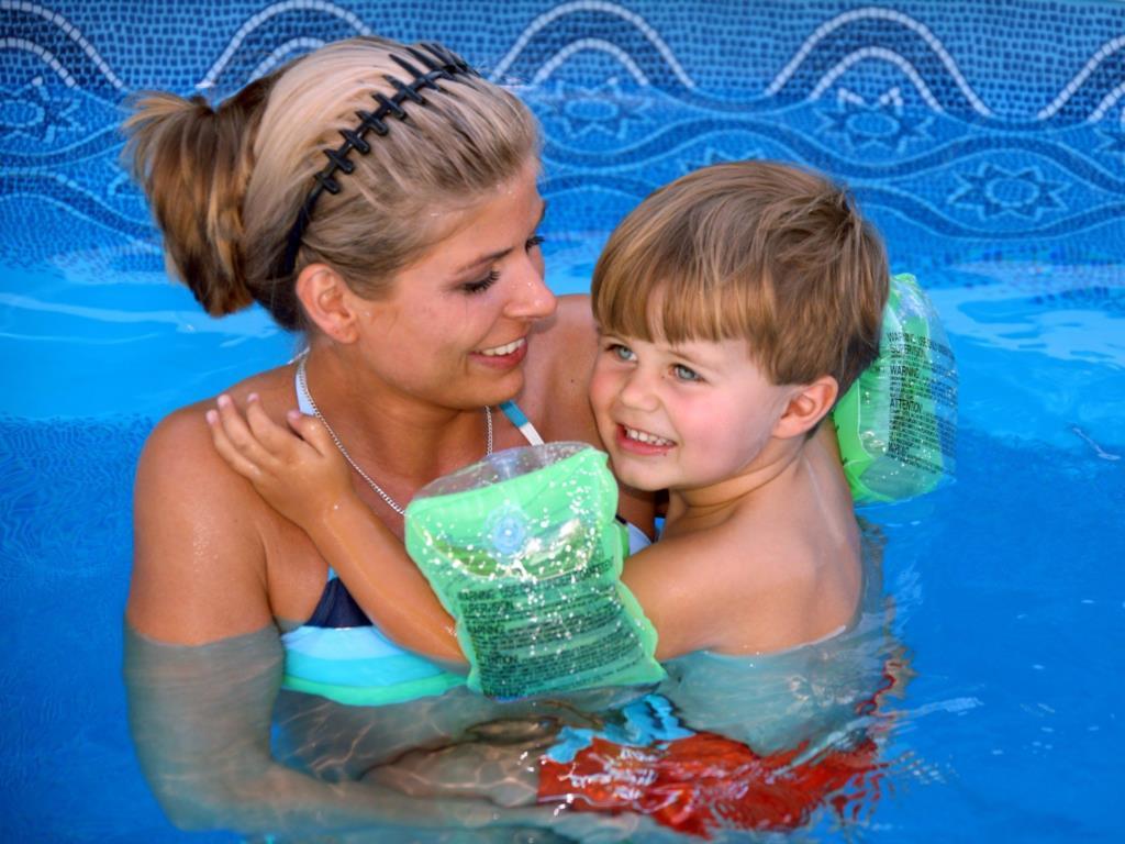 Mädchen im schwimmbad kennenlernen