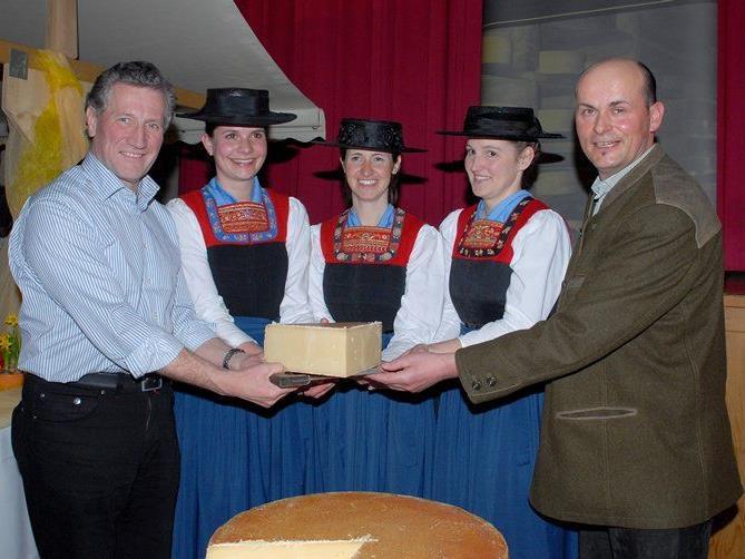 Der traditionelle Käseanschnitt mit LR Erich Schwärzler findet bereits zum 17. Mal statt.