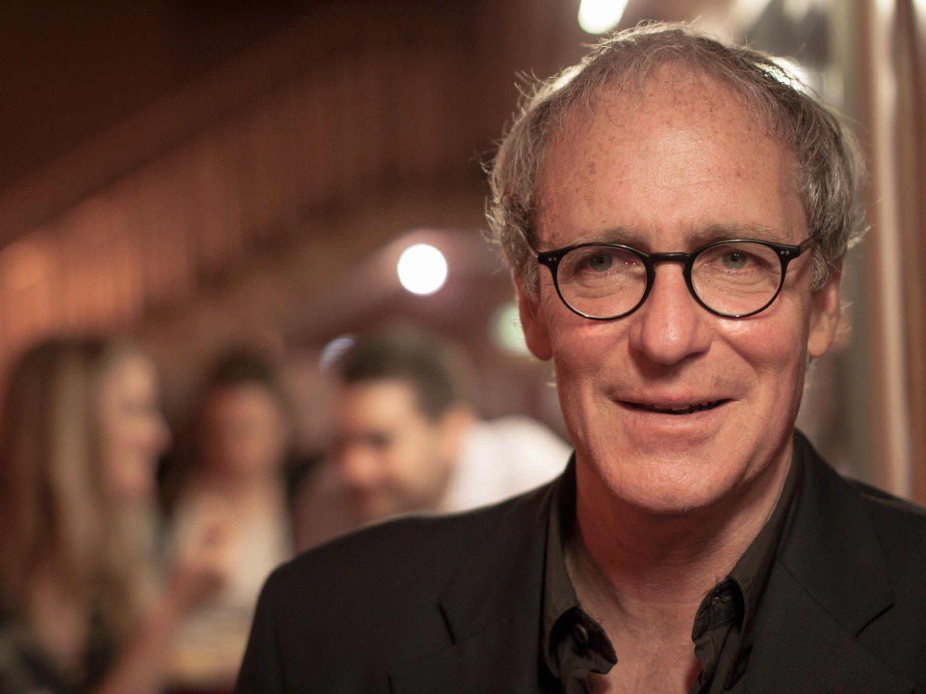 August Zirner hat bereits in über 60 Filmproduktionen mitgewirkt und führt erzählerisch durch die Osterkonzerte des Symphonieorchesters Vorarlberg.