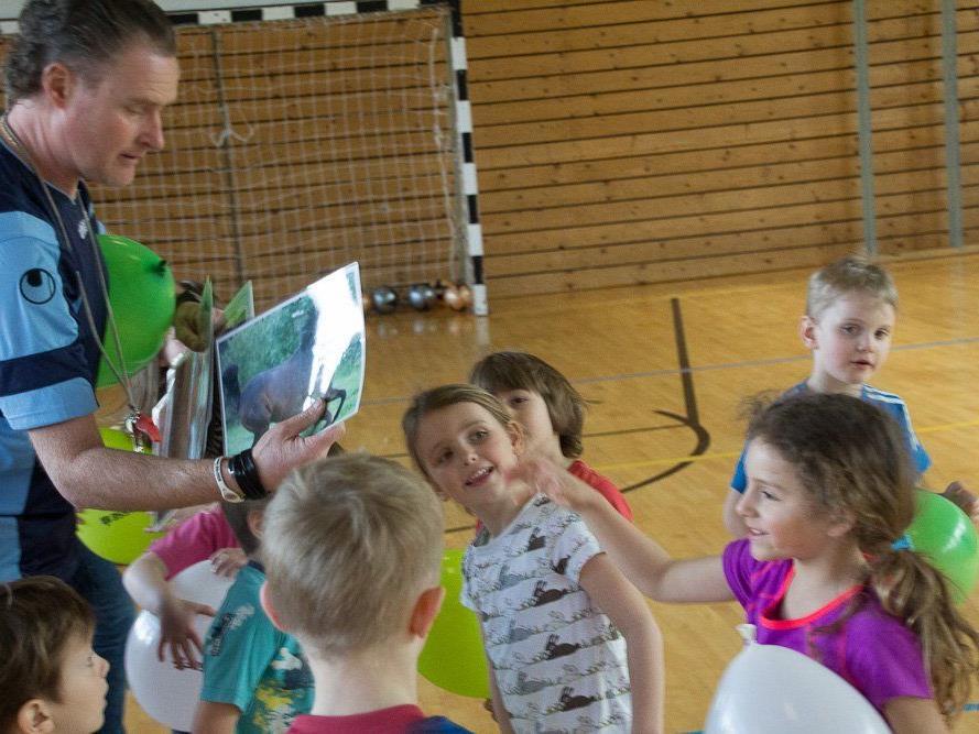 Klaus Stocker leitet die Ballschule an der VS Nofels, welche Kindern sehr viel Freude bereitet