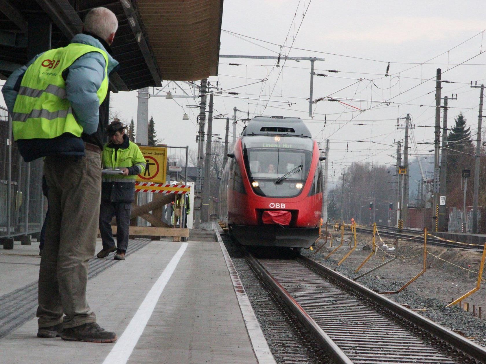 Einfahrt eines Talentzuges am Bahnsteig 1 in Hohenems – die Bauarbeiten für den modernen Bahnhof gehen intensiv weiter.
