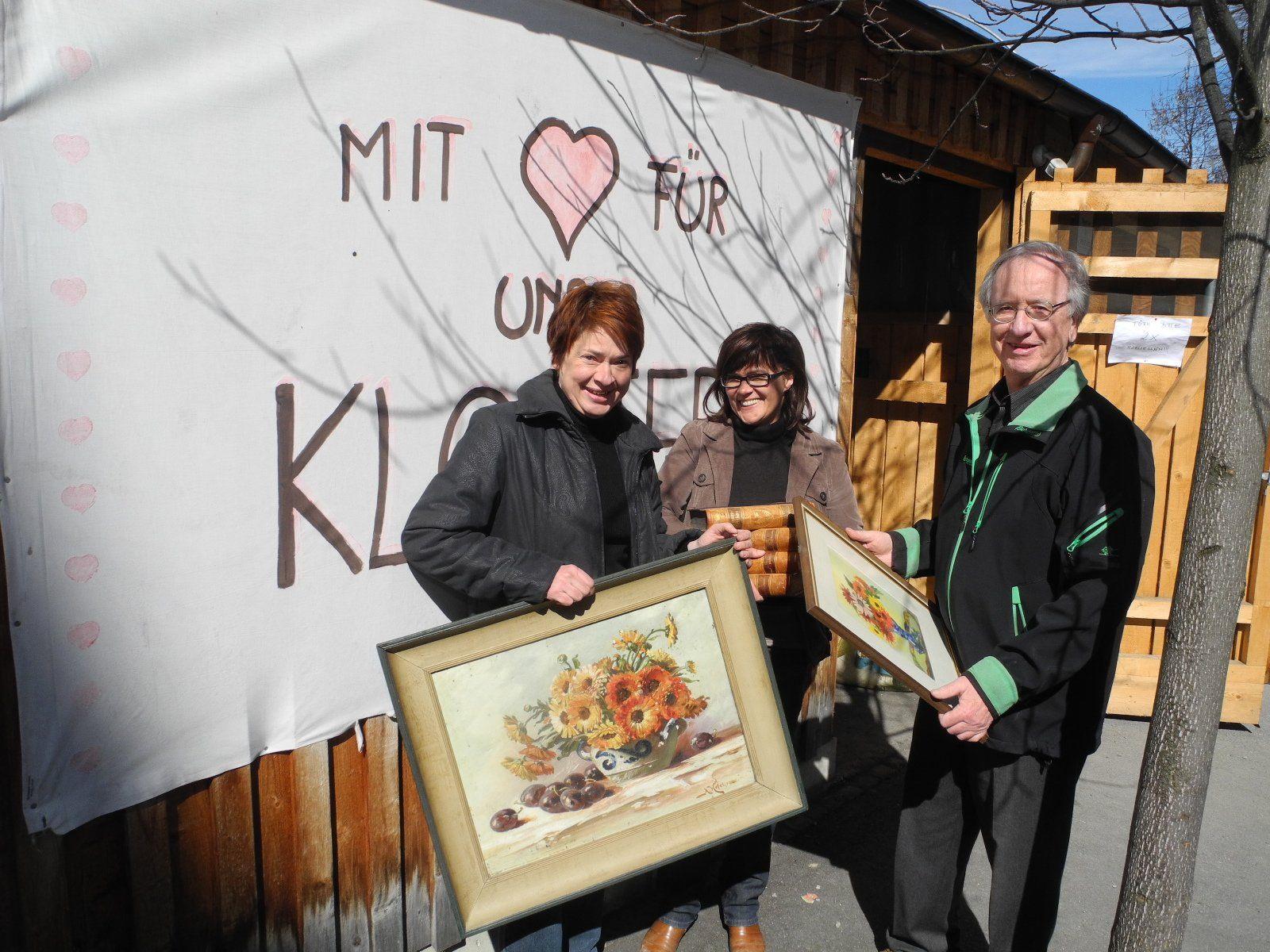 (l.) Julia Penninger, die Initiantin und Organisatorin des Klostermarktes mit Herlinde Schmid (Mitarbeiterin) und Herbert Sonderegger (Spender) bei der Abgabe von Spenden