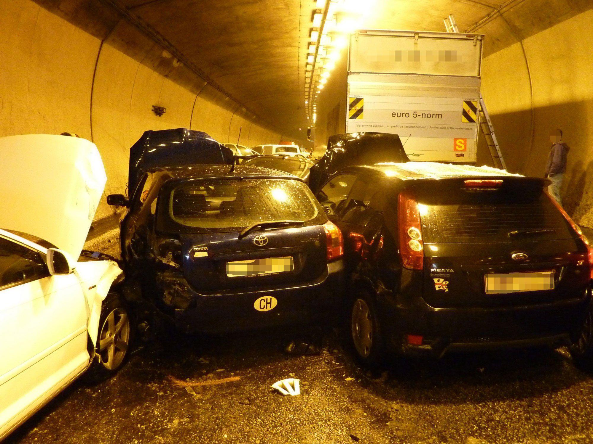 16 Fahrzeuge wurden in die Massenkarambolage im Rosenbergtunnel in St. Gallen verwickelt.