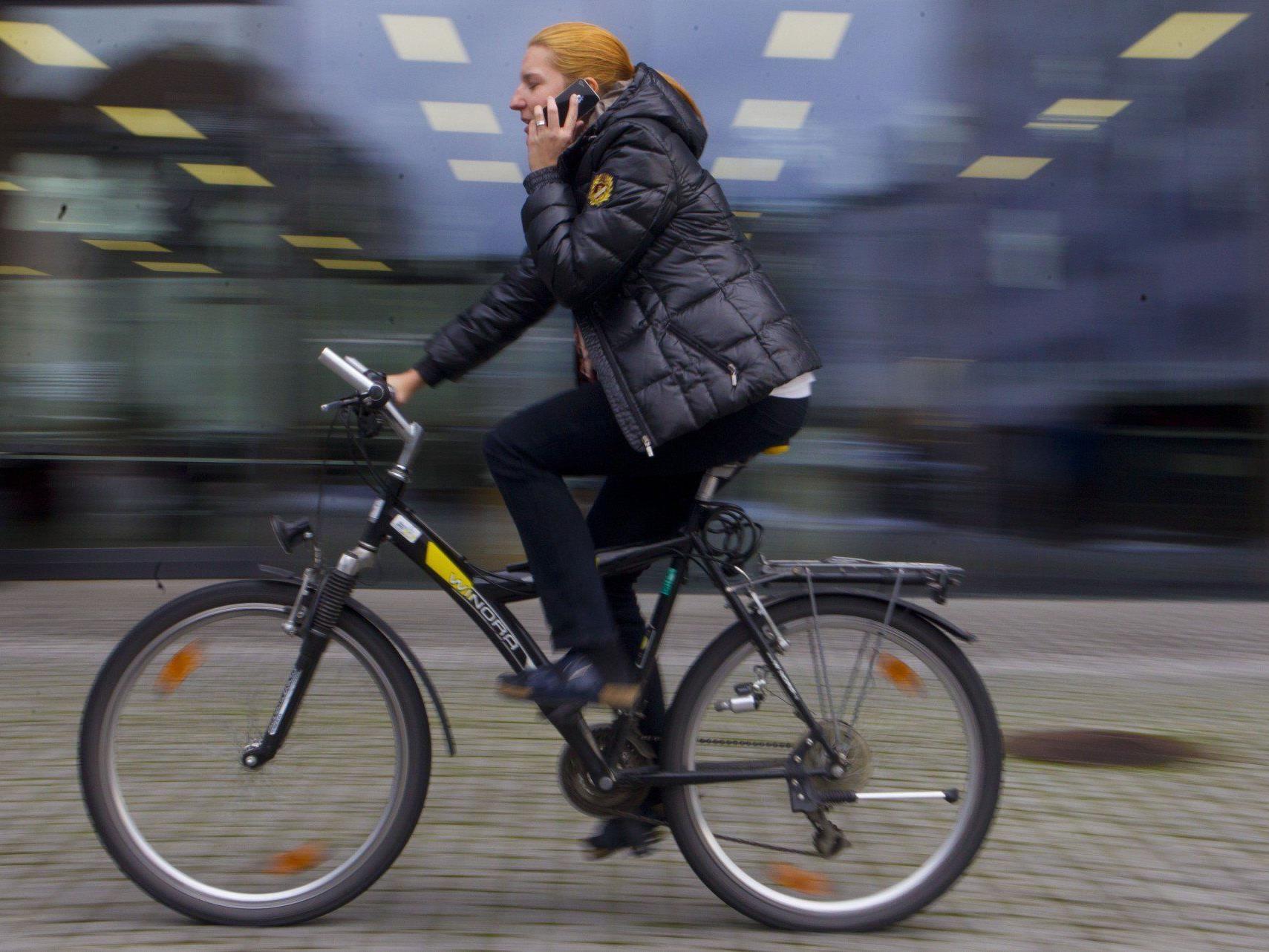 Neue Regeln für Radfahrer: Telefonieren mit Handy ab 31. März verboten.