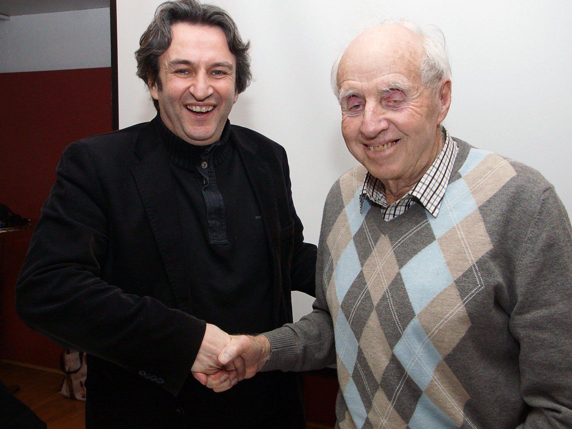 Bürgermeister Michael Tinkhauser gratuliert Helmut Müller zur Wiederwahl.