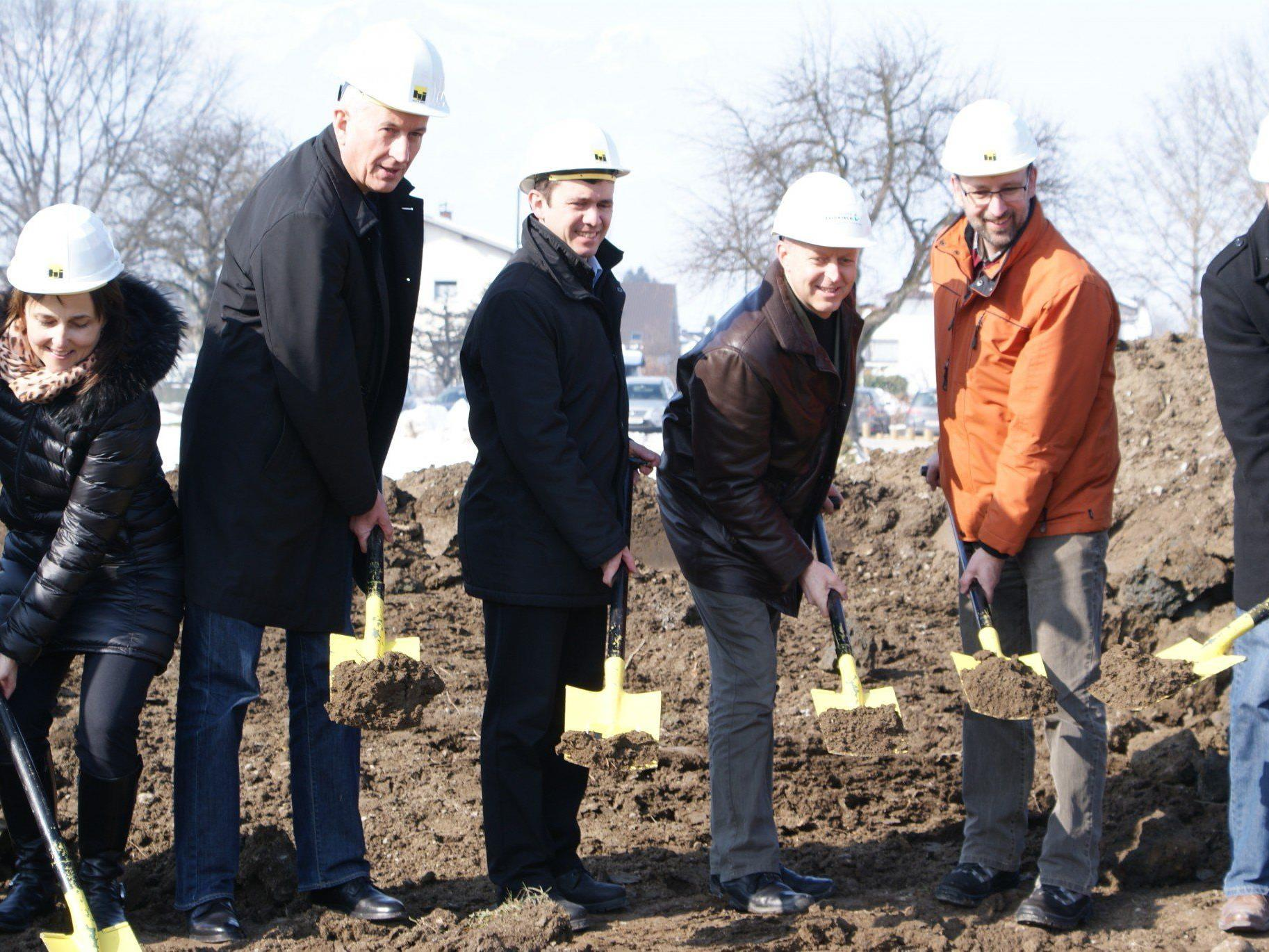 In Action: GF Gabriele Tschütscher, BM Berthold, BM Summer und Hans-Jörg Mathis sowie Gerhard Zimmermann von den Stadtwerken beim Spatenstich.