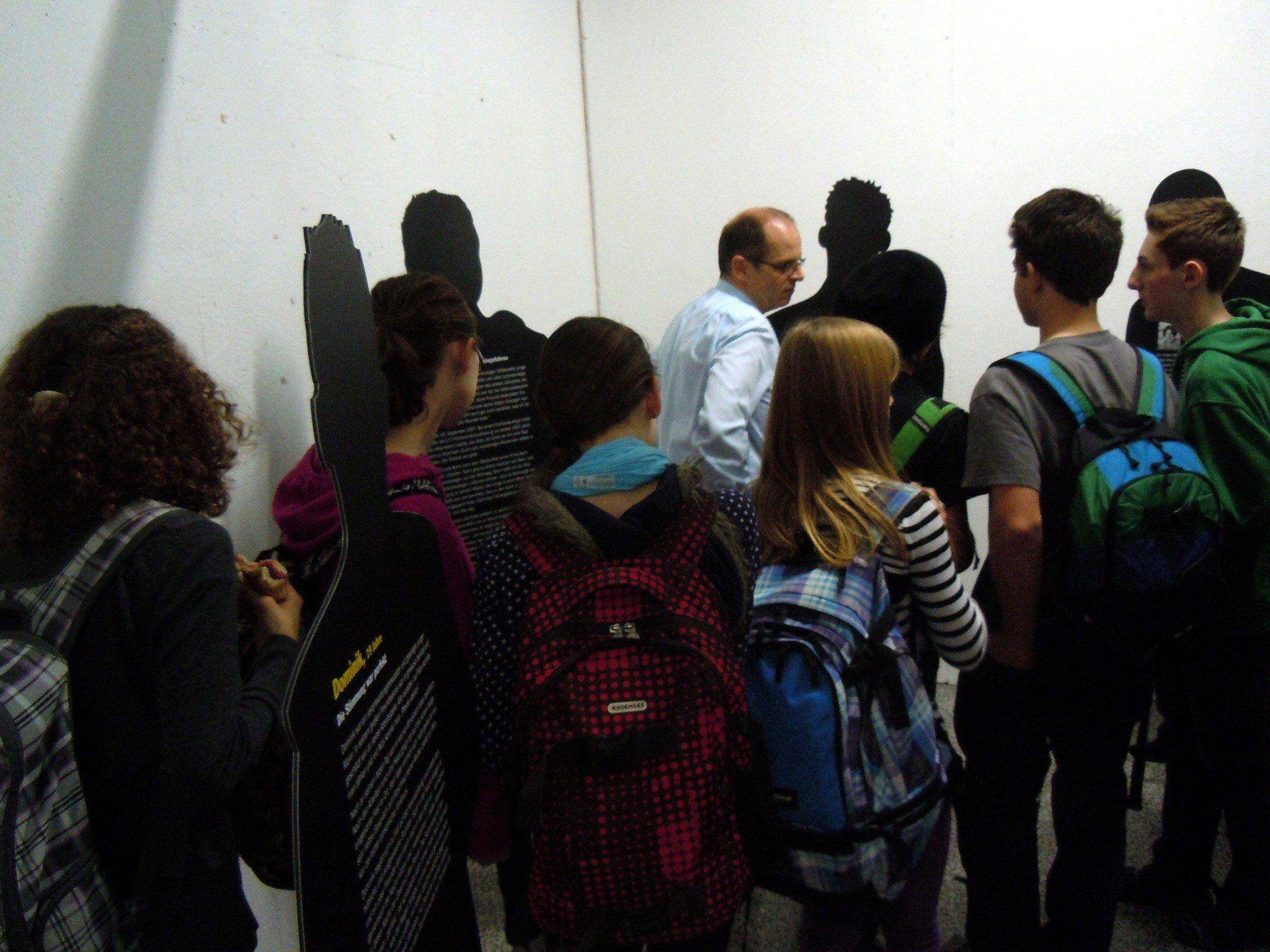 Jürgen Wagner erklärt die Ausstellung