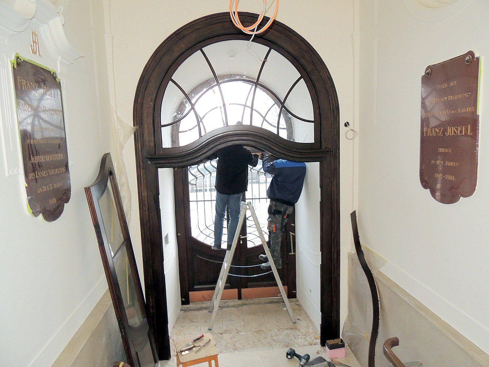 Mit großer Sorgfalt wird das  historischem Portal  renoviert