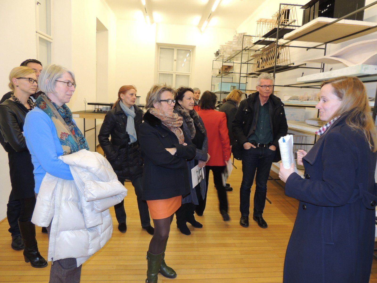 Kunstvermittlerin Kirsten Helfrich  begrüßte zahlreiche Interessenten
