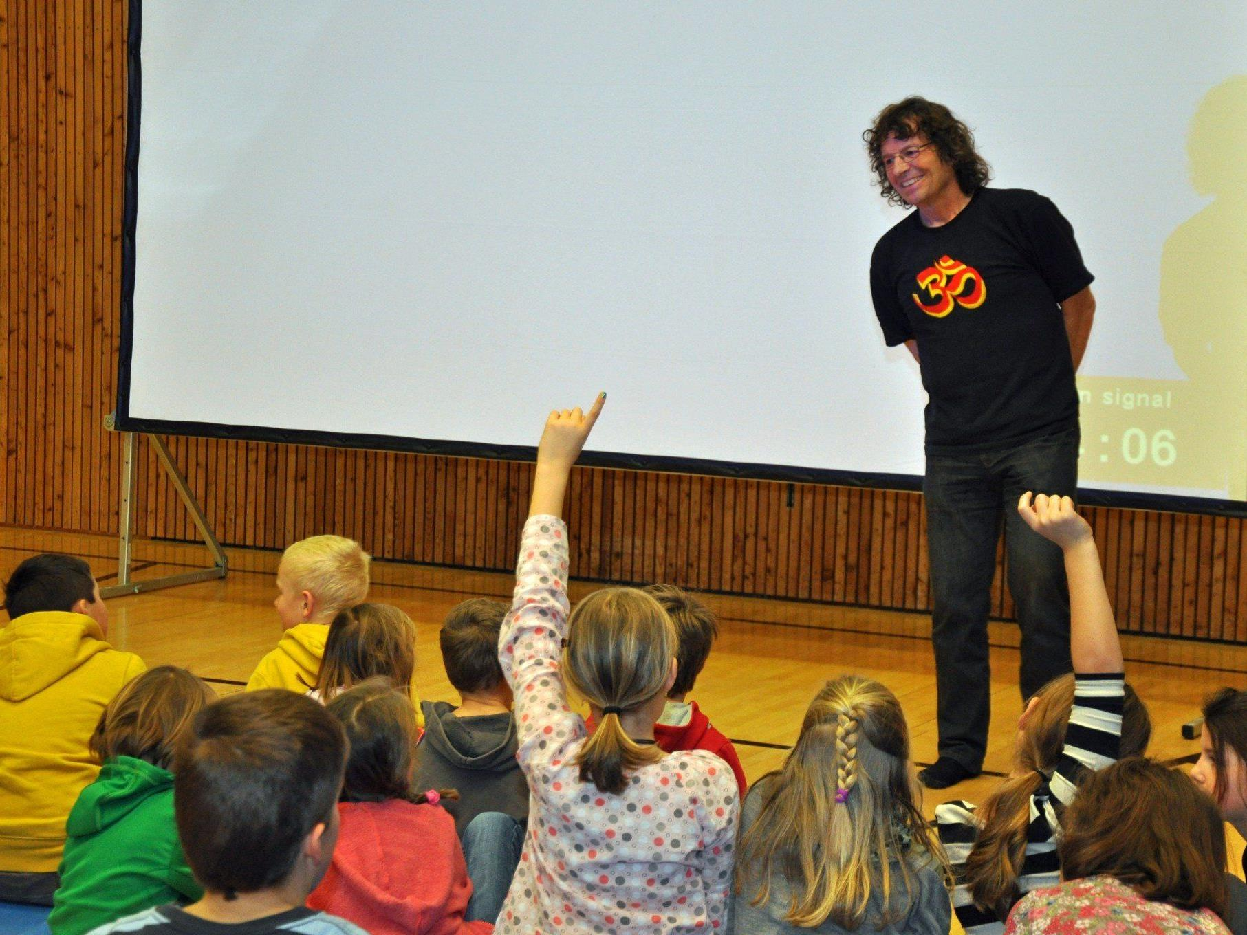 Theo Fritsche besuchte die Schüler und erzählte von seinen Projekten im Nepal.