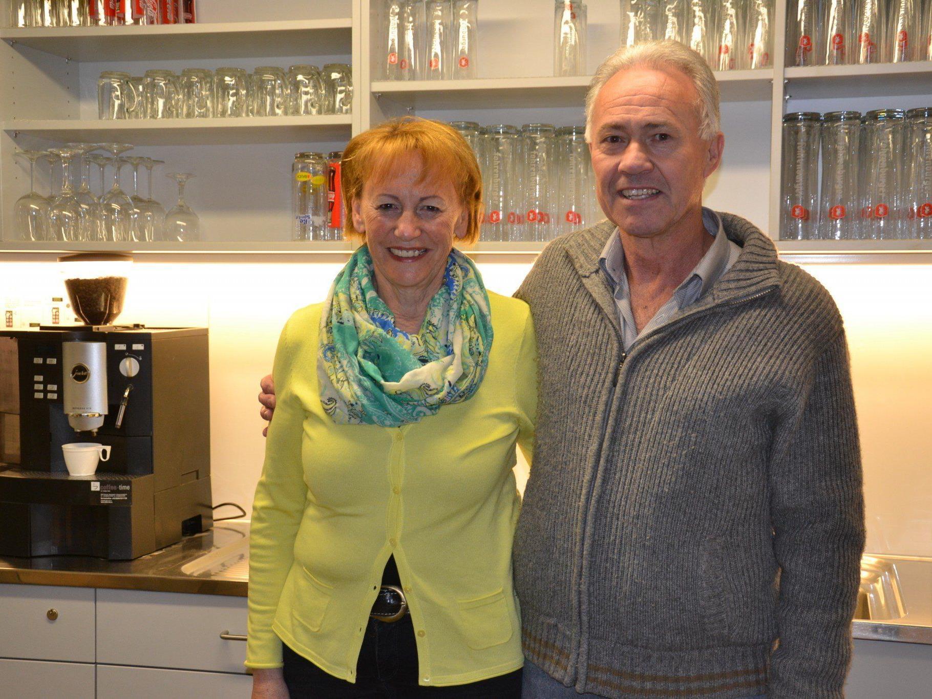(v.l.) Ingrid Metzler (Wirtschaft) und FC Götzis Obmann Egon Moser freuen sich über die gelungene Renovierung des Mösle Kiosk