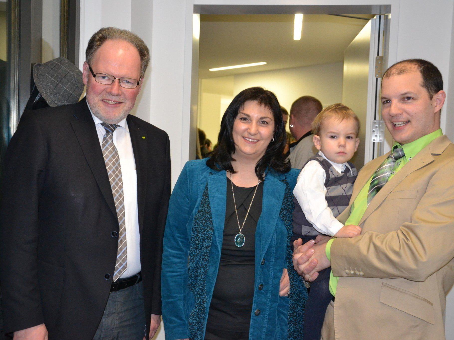 Bürgermeister Werner Huber gratulierte Nicole Hagen und Andreas Boboś zur Büroeröffnung. Auch Sohn Jakob freute sich mit seinem Papa