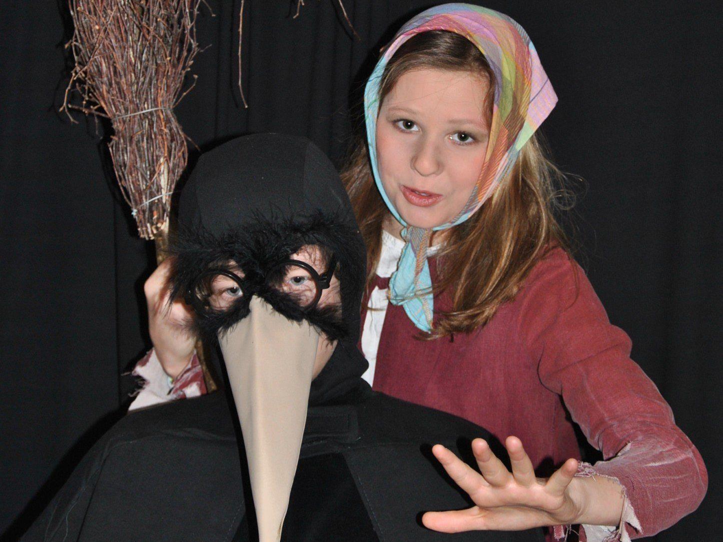 Mit der kleinen Hexe erleben die Zuschauer fliegende Besen, Schneemänner, die zum Leben erwachen und viele andere Hexereien