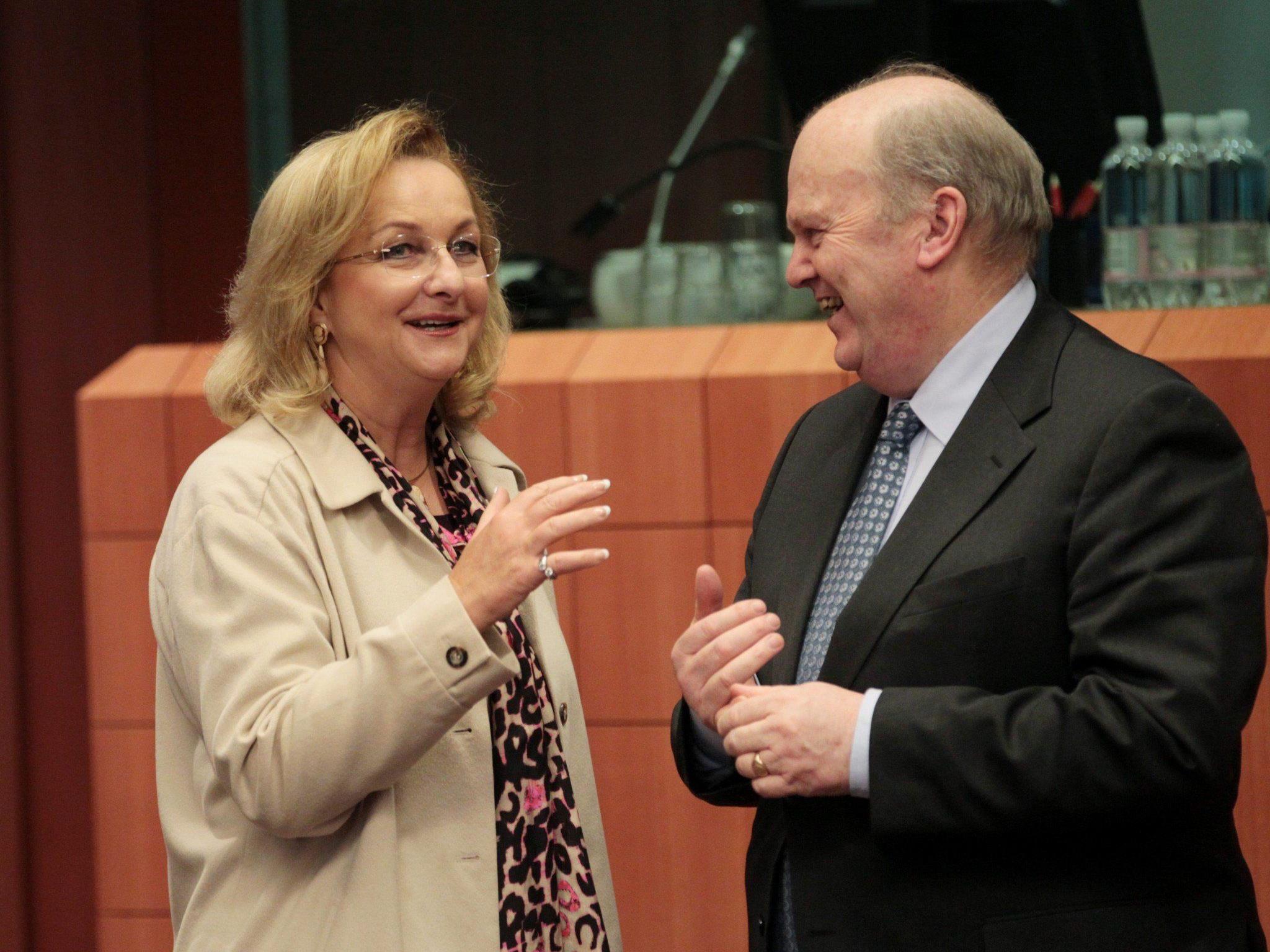 Maria Fekter unterhält sich in Brüssel mit dem irischen Finanzminister Michael Noonan.