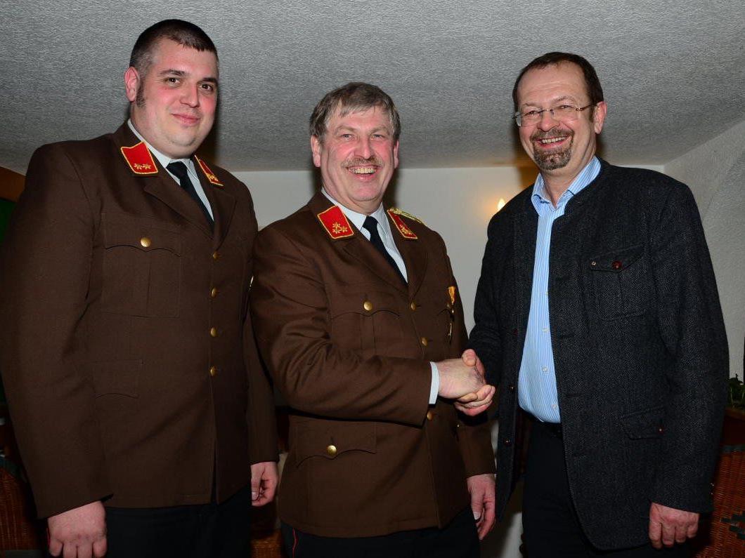 Bgm. Rainer Siegele gratulierte Kommandant Günter Hammermann zu seiner Wiederwahl, ebenso Kdt-Stv. Daniel Schuster (l.).