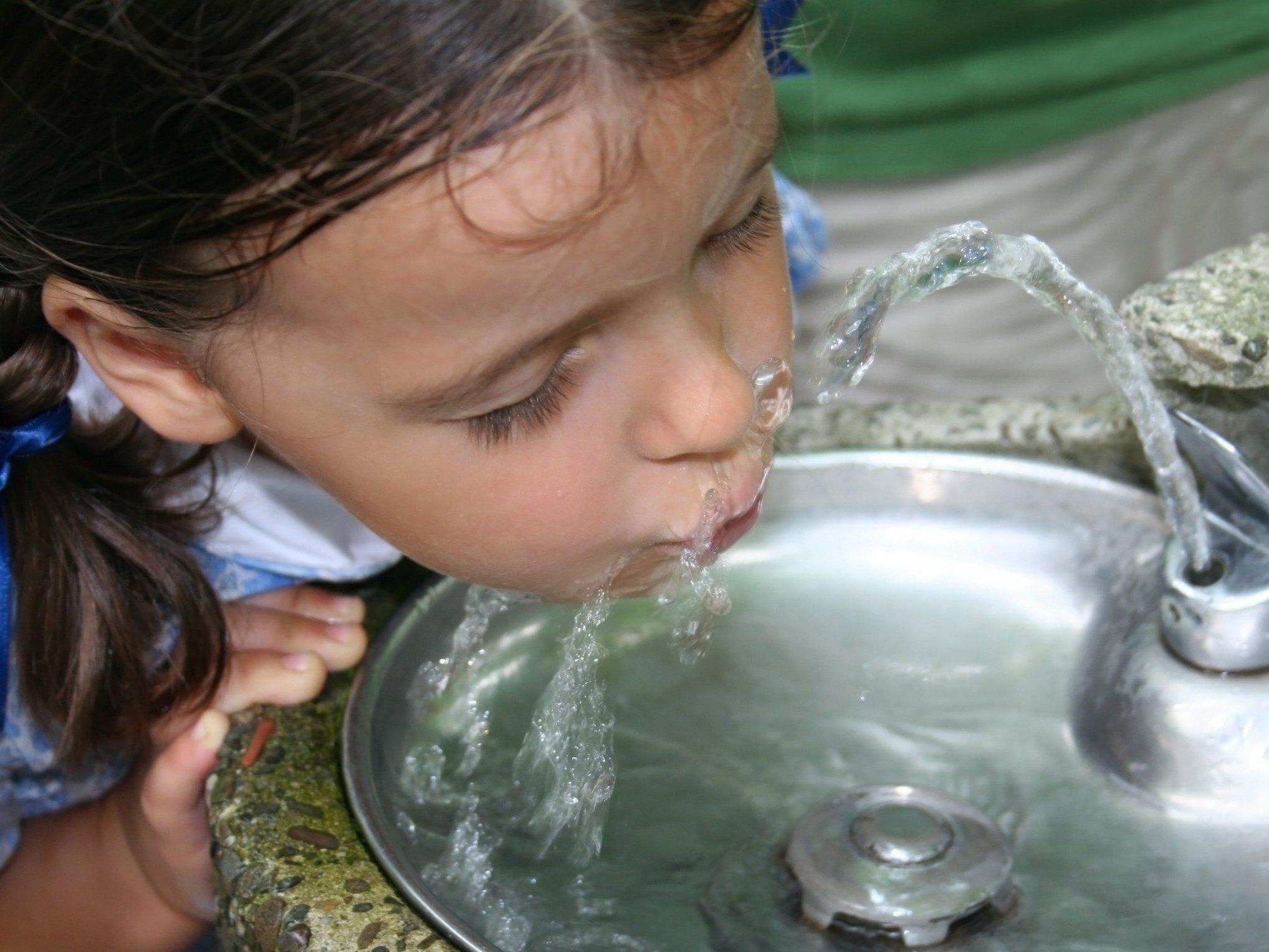 Kinder im Volksschulalter sollten täglich etwa einen Liter Wasser trinken und ab  10 Jahren sind 1,25 Liter pro Tag empfehlenswert.