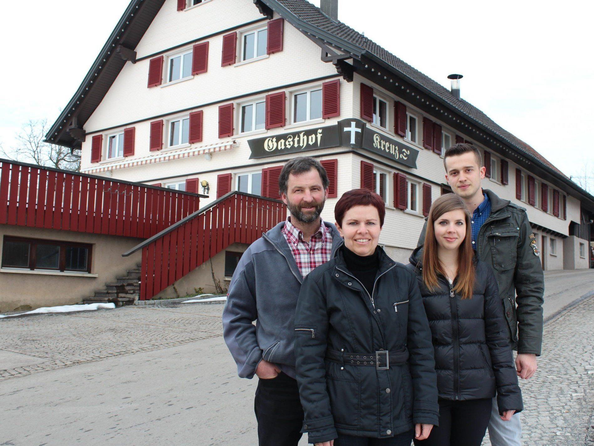 Hausherr Christoph und Annelies Böhler mit Marie-Christin Wachter und Jürgen Netzer.