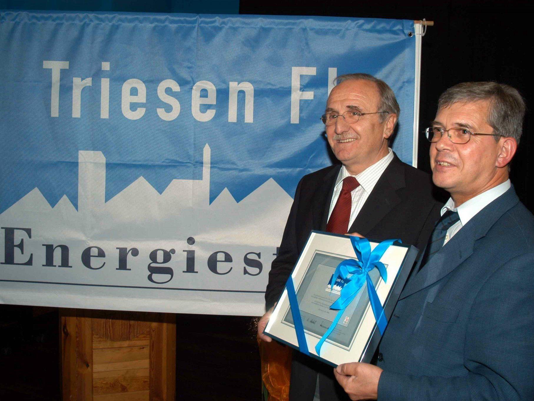 """Energieminister Hans-Jörg überreichte 2004 an der Gemeindevorsteher Xaver Hoch das """"Energiestadt"""" Zertifikat"""