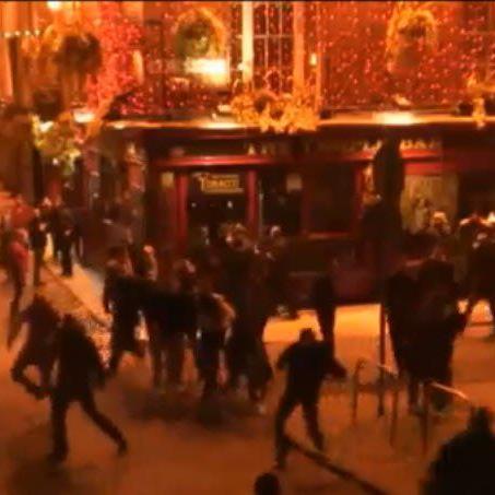 Österreichische Hooligans liefern sich eine wilde Schlägerei vor einer Bar in Dublin.