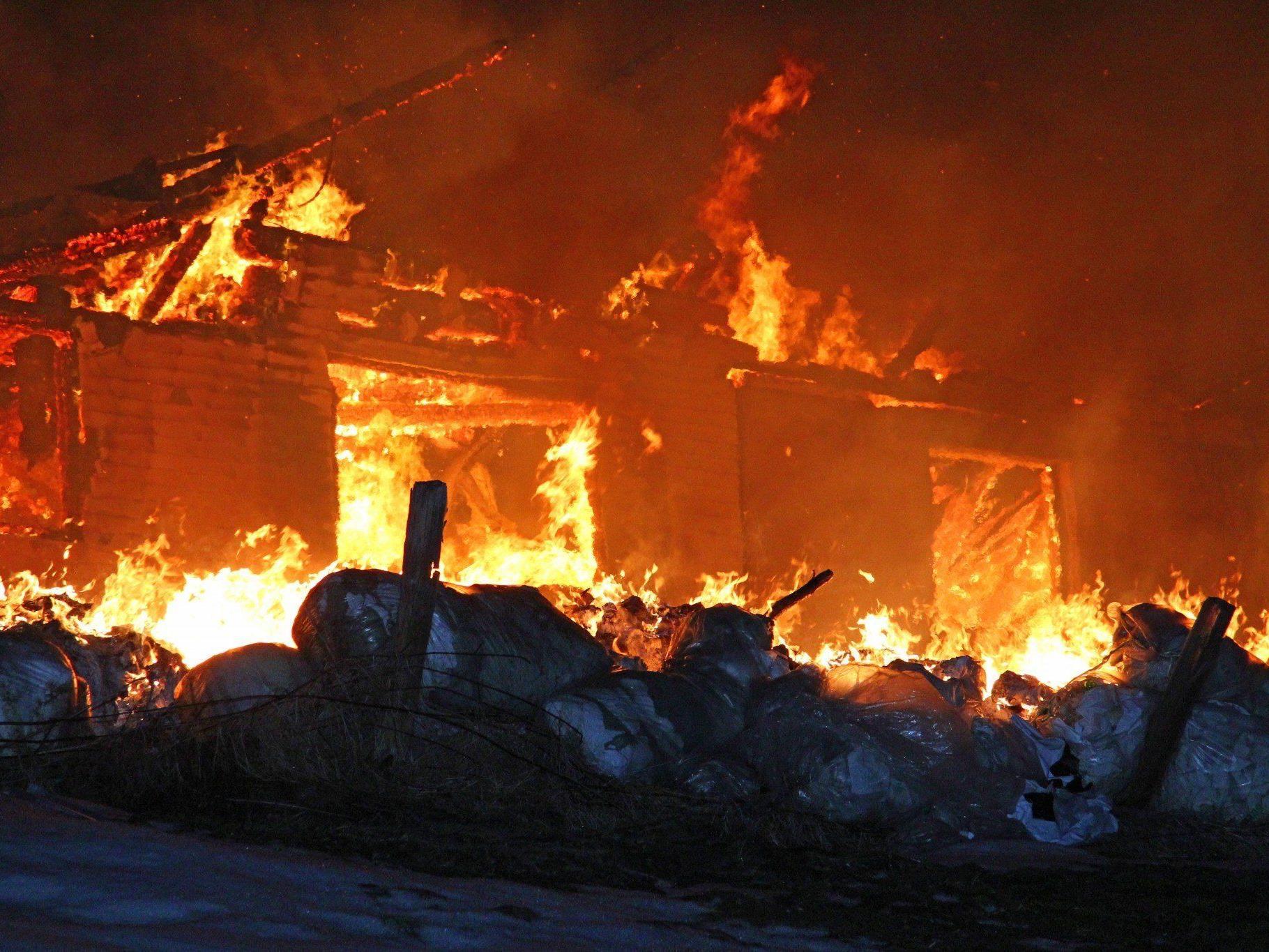 Das Haus konnte nicht mehr gerettet werden, die angrenzenden Gebäude hingegen schon.