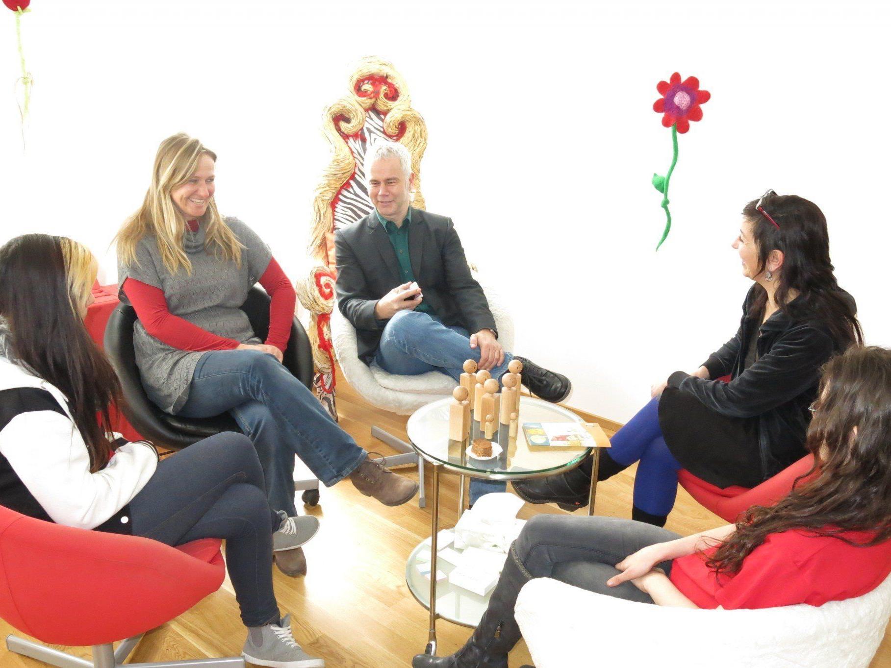 Beim Gruppengespräch kann für den Betroffenen der beste therapeutische Weg entwickelt werden.