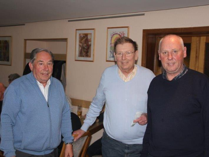 Die Organisatoren Pepi Suitner (links) und Walter Gabriel (rechts) gratulieren Hans Peter Zech (Mitte) zum 4. Preis.
