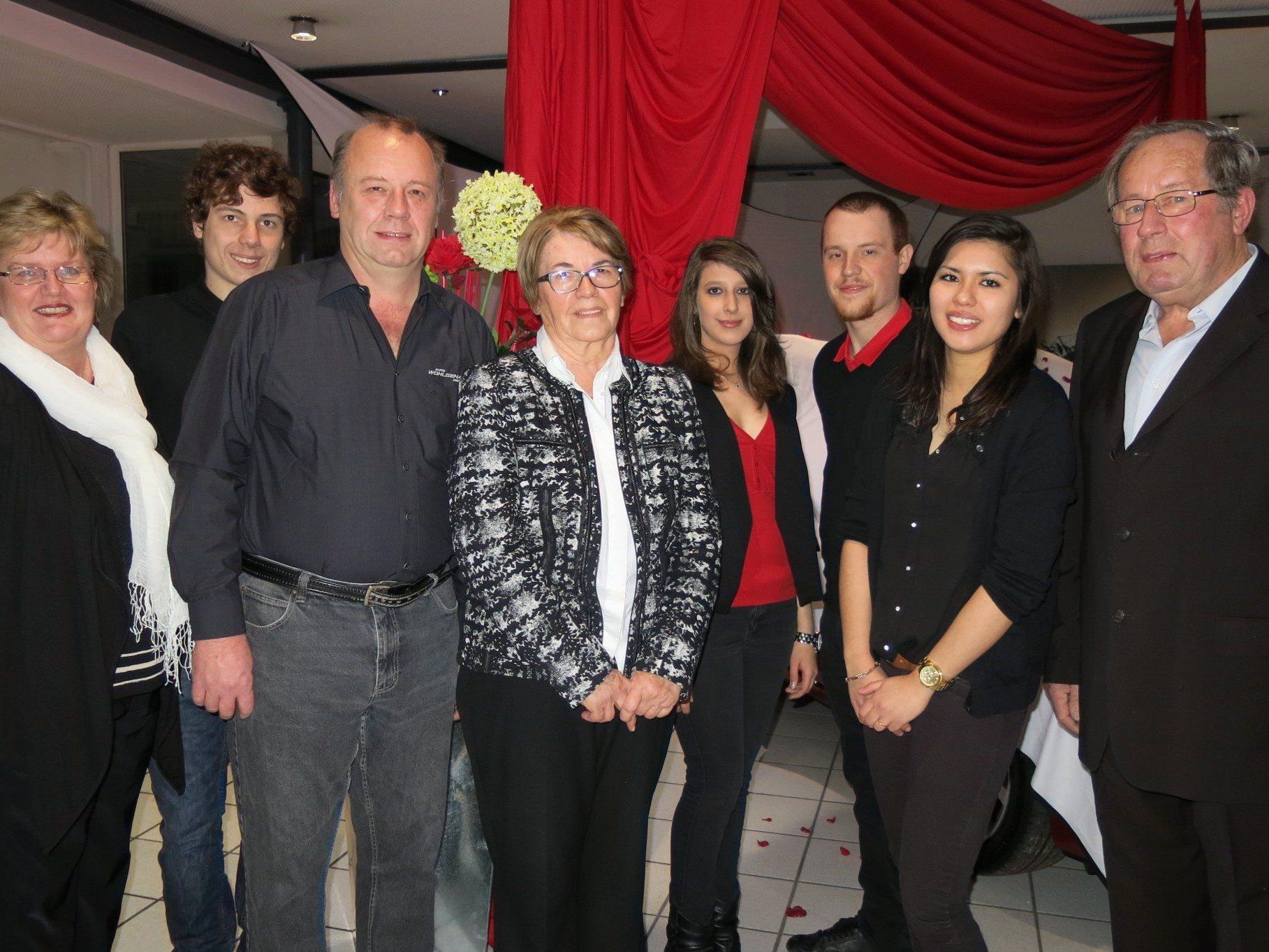 """Die """"Mazdafamilie"""" Marlies, Günter, Daniel, Sieglinde, Zarina, Sarah, Philipp und Martin Wohlgenannt  feiern das 40jährige Bestehen."""