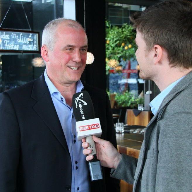 Eberhard Stimpel freut sich mit Moderator Marc Gächter auf den Fußballtalk im Element in Dornbirn.