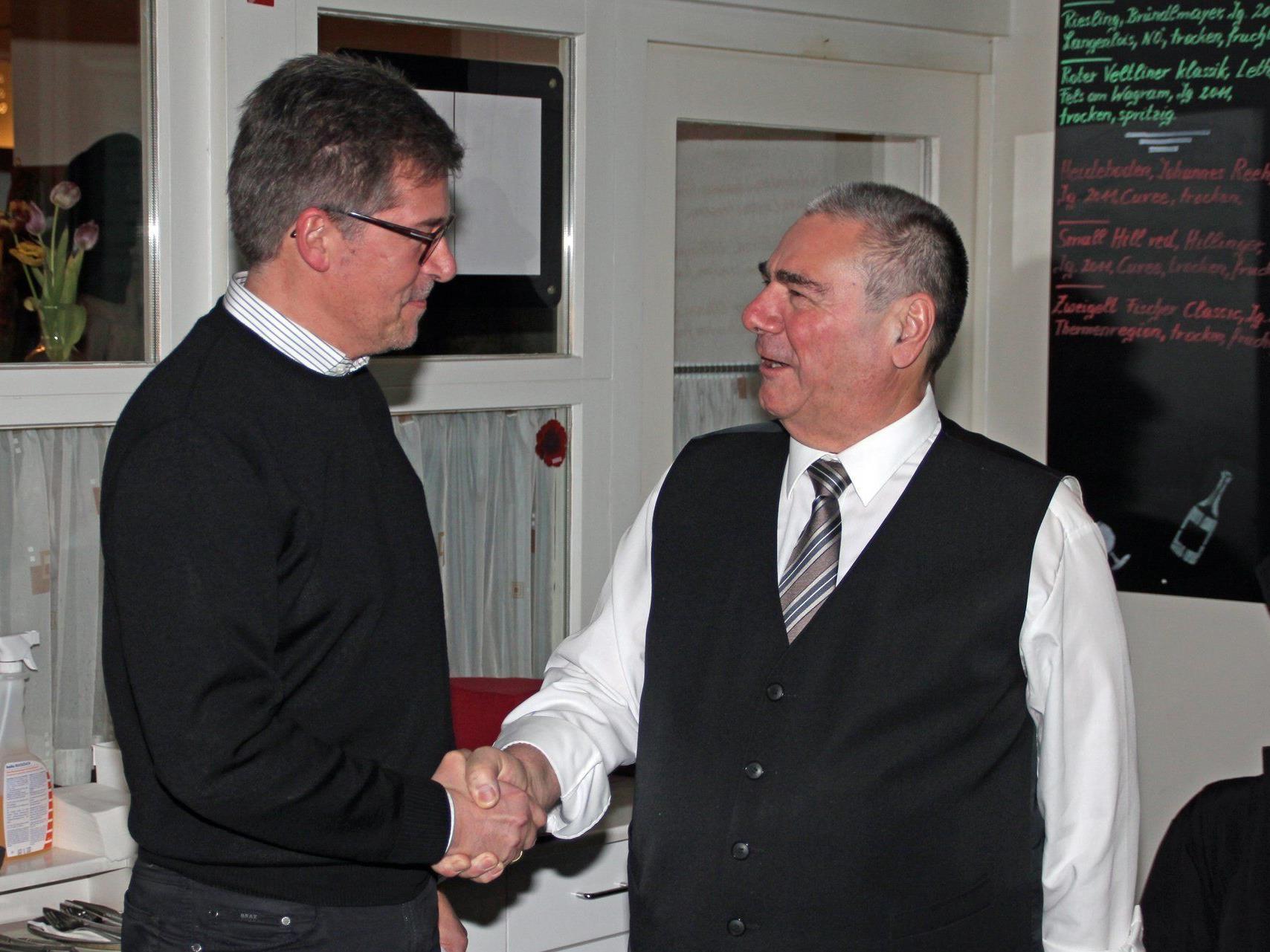Altobmann Werner Vogel (re) gratuliert Obmann Peter Schertler zur Wahl