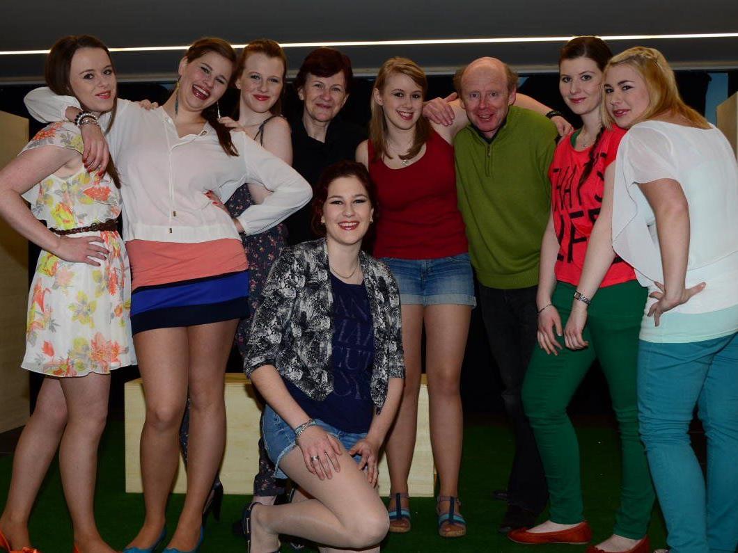 """Die Jugendtheatergruppe """"Blickwinkel"""" freut sich mit Maria und Roland Etlinger über den tollen Erfolg ihres Bühnendebüts."""