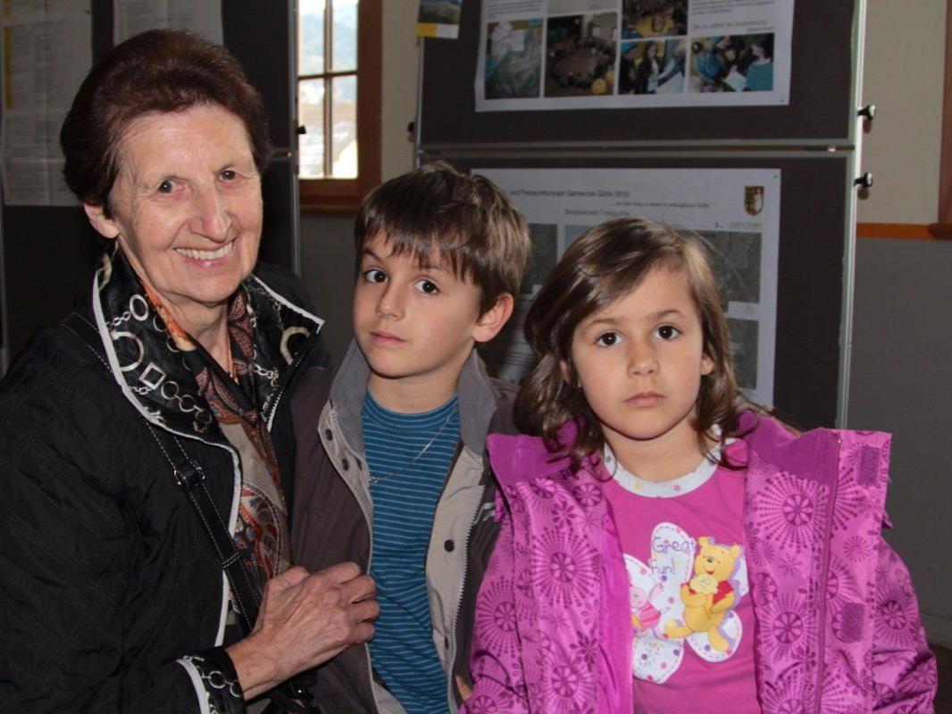 Oma Rita mit ihren Enkeln Damian und Corinna